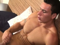 Muscly amateur cumming