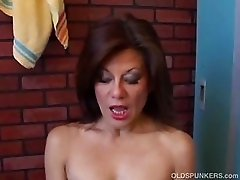 Gorgeous mature latina has a juicy pussy